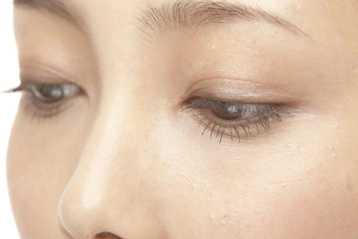 「上まぶたのくぼみ」は老け顔のサイン! くぼむ原因と対策方法は?