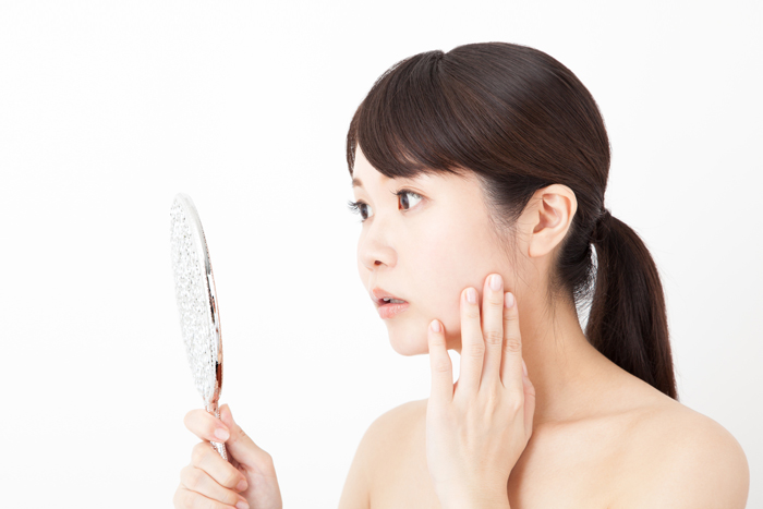 痛くて目立つ「紫ニキビ」の原因と悪化を防ぐためのケア方法