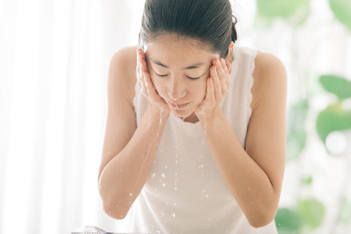 朝の洗顔は状態を見極めて……敏感肌のための洗顔方法とは?