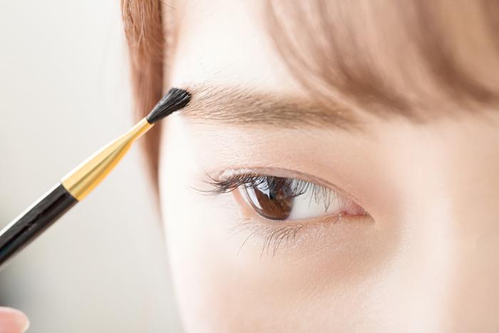 眉毛の毛抜きがたるみを招くって本当? 知っておくべき対策術