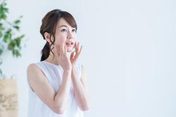 メイクをしても目立つ「頬のニキビ」が発生する原因と対策方法