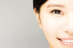 年とともに垂れる目尻 原因と防ぐ方法は?