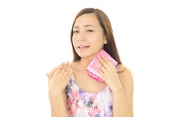 夏の脂性肌に悩む人の「肌荒れ対策スキンケア」