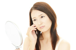 ニキビとは違う! 目の周りにできる「脾粒腫」の特徴と除去方法